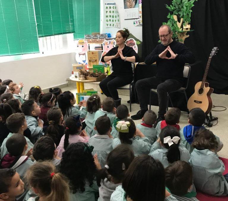 Escolares de educación infantil de Ribeira          descubren la nueva versión del clásico de los tres cerditos que lucha contra el cambio climático
